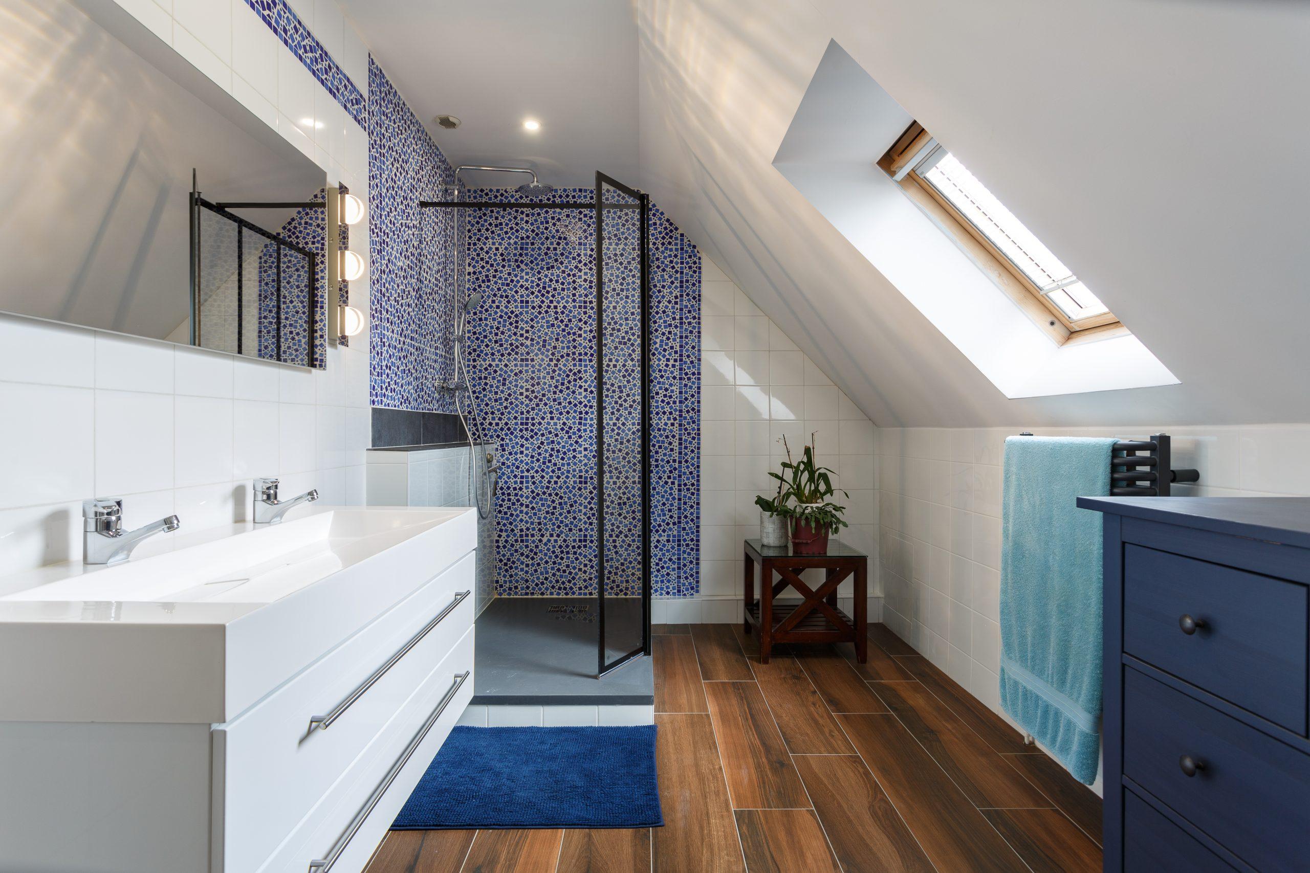 salle de bains dans une chambre bleue